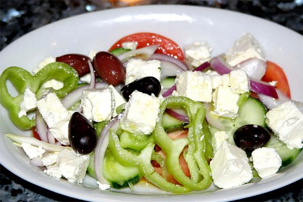 Griekse maaltijdsalade met quinoa flying foodie